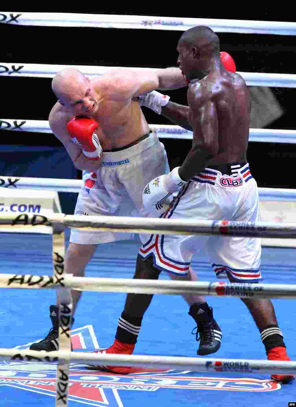 El boxeador de los Domadores de Cuba Julio César La Cruz (d) combate con el ruso Aleksander Khotyantsev (i) el 2 de mayo de 2014, en La Habana (Cuba), en la división de los 81 kg de la semifinal de la IV Serie Mundial de Boxeo.