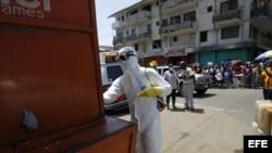 Autoridades recogen a un posible paciente de ébola, para el tratamiento de la enfermedad (23 de octubre de 2014, Monrovia, Liberia).