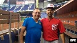 Edemio Navas y el lanzador cubano Gio González