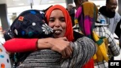 Una madre recibe a su hija de nacionalidad somalí, a la que denegaron el acceso tras el veto migratorio del presidente estadounidense, Donald Trump.