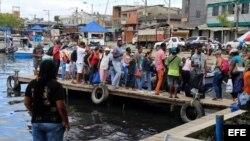 Cubanos abordando una embarcación en el muelle de Turbo.
