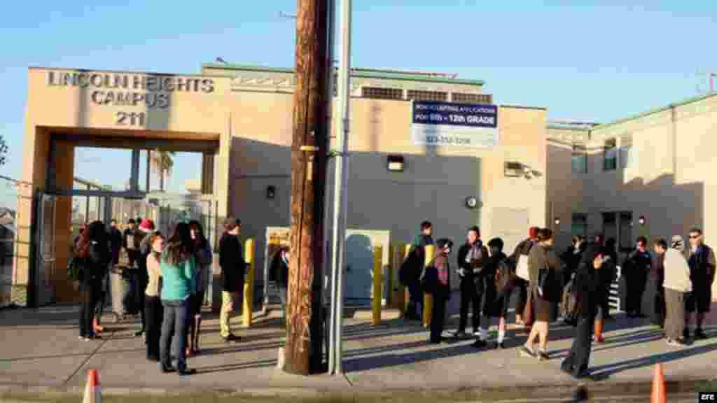 Estudiantes de la escuela de Lincoln Heights, gestionada por Los Ángeles Unified School District (LAUSD, por su sigla en inglés), se reúnen en las inmediaciones del recinto a la espera de nuevas informaciones.