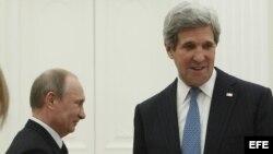 El presidente ruso, Vladímir Putin (i), y el secretario de Estado de EE.UU., John Kerry (d), a su llegada a un encuentro mantenido en Moscú, Rusia, hoy, martes 7 de mayo de 2013. El secretario de Estado de EE.UU., John Kerry, viajó hoy a Rusia para tratar