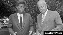 El presidente John F. Kennedy (i) y el director de la CIA, Allen Dulles.