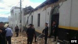 Parte de los daños dejados por el sismo de magnitud 7,4 en la escala abierta de Richter, en una calle de San Marcos (Guatemala).