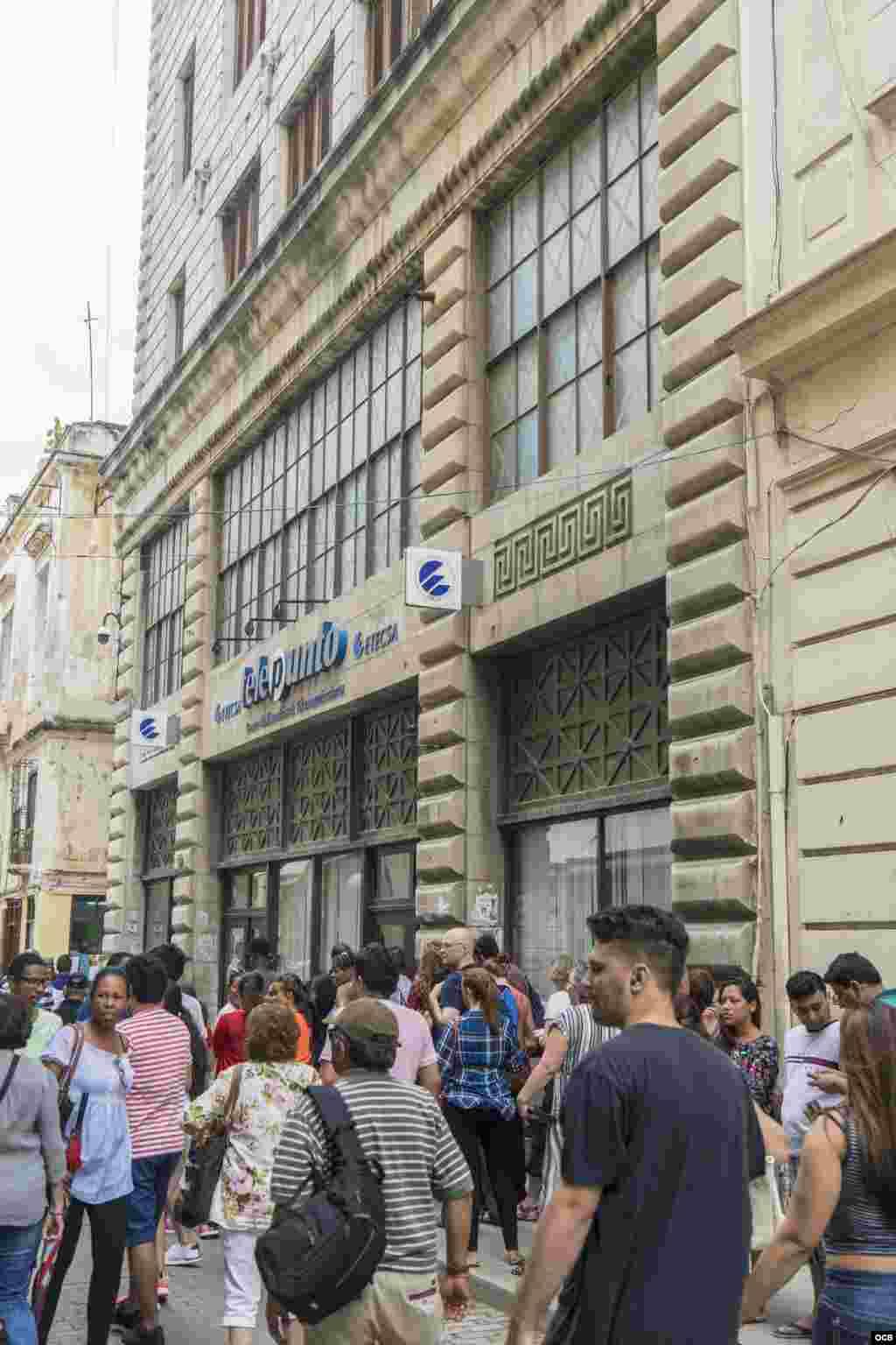 Oficina de ETECSA en la Calle Obispo, en La Habana.