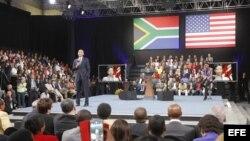 El presidente Barack Obama (i) en la Universidad de Soweto en Johannesburg.