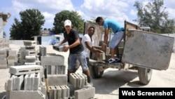 Grupo de personas colaboran para construir sus viviendas