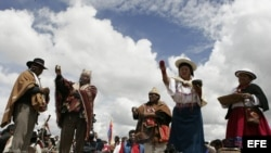 Indígenas ecuatorianos y bolivianos realizan un rito