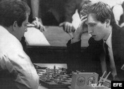 Boris Spassky (i) vs Bobby Fischer (d).