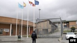 Un agente de la policía a las puertas de la cárcel de Segovia donde se encuentra recluido Ángel Carromero