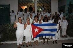 Damas de Blanco frente a la sede del movimiento opositor en Lawton, La Habana. (Foto: Angel Moya)