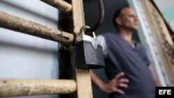 Un recluso permanece en la puerta de su celda, en la prisión Combinado del Este, en La Habana. (Foto: Archivo)
