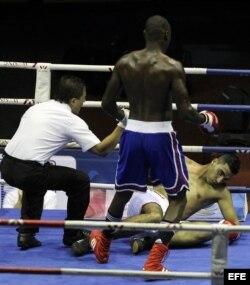 El boxeador cubano Erislandy Savón (c), de los Domadores de Cuba, deja fuera de combate a Amine Azzouzi (d), de los Leones de Marruecos, en la categoría de los 91 kg.