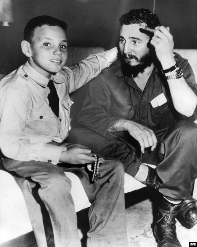 Fidel Castro Díaz-Balart junto a su padre.