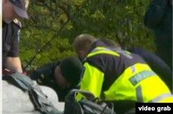 Paramédicos dan resucitación cardiopulmonar al soldado herido cerca del parlamento en Ottawa.