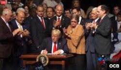 El presidente Trump firma la directiva sobre Cuba.