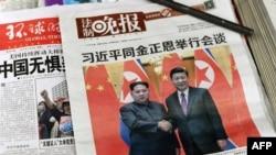 Portadas de diario chinos muestran imágenes de Xi Jinping y Kim Jong Un.