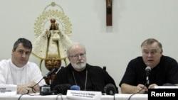 En esta foto de archivo, obispos de EEUU en una visita a Cuba. El reverendo Andrew Small; el Arzopispo de Boston, Sean Patrick O' Malley y el obispo Thomas Wenski .