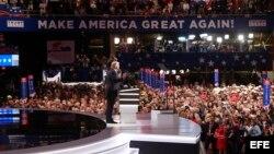 El precandidato presidencial republicano Donald Trump presenta a su esposa Melania hoy, 18 de julio de 2016, en la apertura de la segunda sesión del primer día de la Convención Republicana en el Centro Nacional Republicano Quicken Loans Arena de Cleveland