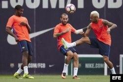 B. Marlon (i) junto a los delanteros Paco Alcácer (c) y Neymar Jr (d) durante un entrenamiento.