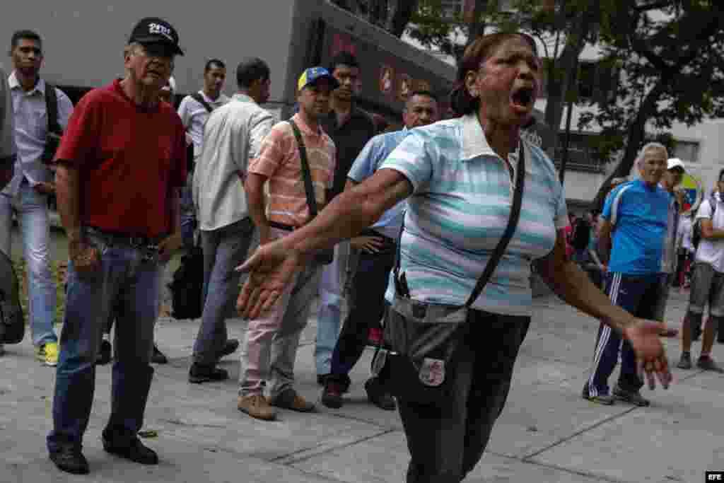 Opositores al Gobierno de Nicolás Maduro se manifiestan en rechazo a la decisión del Tribunal Supremo de asumir las competencias del Parlamento, hoy, viernes 31 de marzo de 2017, en Caracas (Venezuela). El Tribunal Supremo de Justicia (TSJ) de Venezuela d