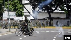 Archivo - Miembros de la Guardia Nacional se enfrentan a familiares de reclusos en los alrededores del centro penitenciario La Planta.
