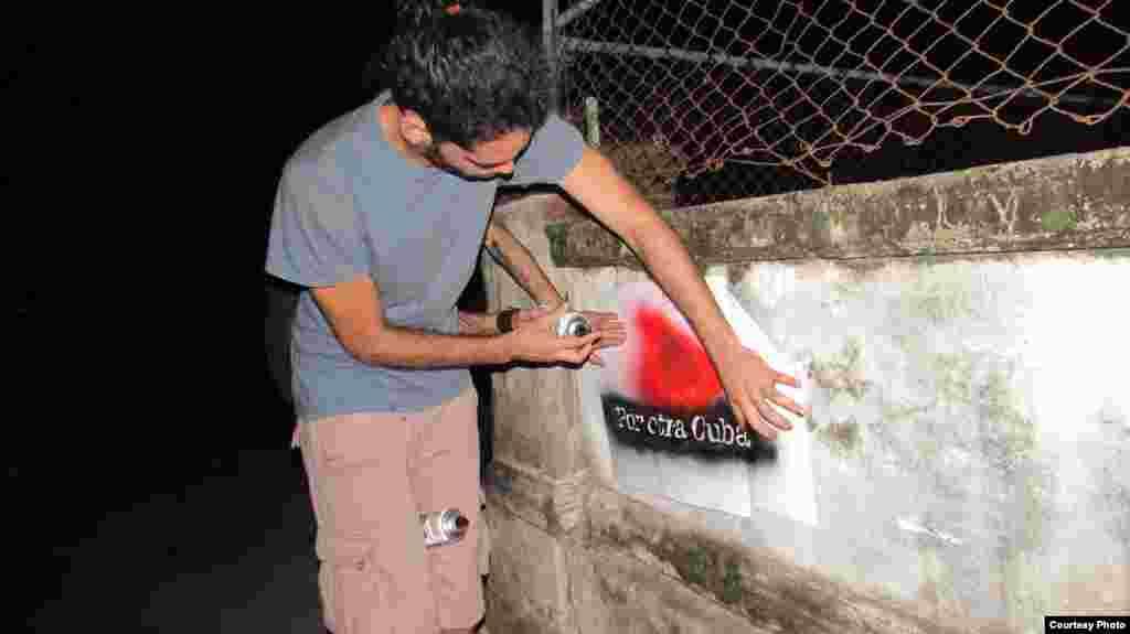 Danilo Maldonado, El Sexto, haciendo un grafitis en la noche. La Habana.