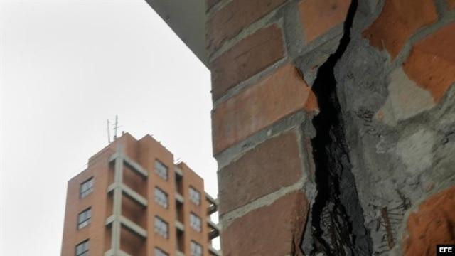 Fallas estructurales en un edificio tras el sismo de intensidad 6,9 grados en la escala de Richter el sábado 9 de febrero de 2013, en Cali (Colombia).