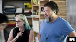 Ai Weiwei junto a la directora ejecutiva de la FOR-SITE Foundation, Cheryl Haines, durante la instalación de una exposición de trabajos creados específicamente para Alcatraz (San Francisco, California). Archivo.