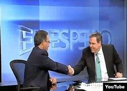 El presentador de la TV Cubana Juan Carlos Tejedor saluda a Juan Manuel Cao, en cuyo programa El Espejo anunció su deserción