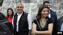El presidente de Guatemala, Otto Pérez Molina (i), y su homóloga costarricense, Laura Chinchilla (d), visitan el Templo IV del parque Arqueológico Tikal, en Chimaltenango (Guatemala).