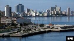 Vista general de la ciudad de La Habana (Cuba) apreciada desde un lado de la bahía.