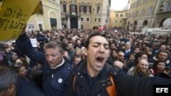 Protestas en la plaza Montecitorio, de Roma, por reelección de Napolitano