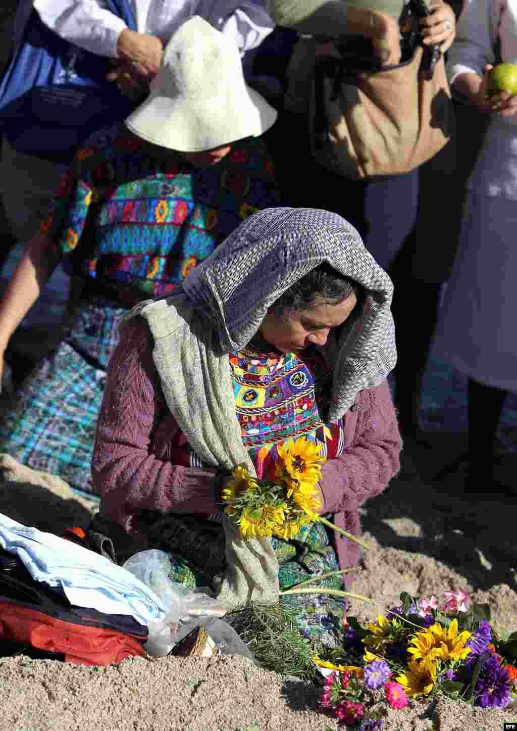Siguiendo las indicaciones de los sabios mayas, los presentes tomaron diferentes posturas, saludaron a los elementos y besaron la tierra durante la hora que duró el ritual.