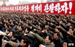 Miles de cuidadanos en la plaza de Kim II Sung, en Pyongyang (Corea del Norte).
