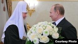 El entonces primer ministro de Rusia Vladimir Putin felicita al nuevo Patriarca de Moscú Kirill por su entronización en febrero de 2009.(Sputnik)