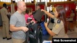 Una funcionaria de la Aduana General de la República de Cuba revisa los artículos de un pasajero a su entrada al país. (Archivo)