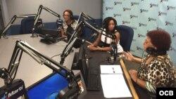 Neri Torres (centro) junto a las presentadoras Exilda Arjona (Izq.) y Vicky Ruiz en el Programa con Voz Propia.