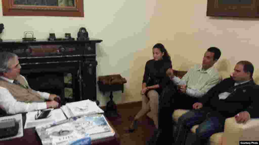 Los opositores cubanos con el presidente del partido nacional de Uruguay