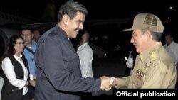 Raúl Castro recibe a Nicolás Maduro y su esposa en el aeropuerto de La Habana.