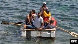 Foto Archivo. Un grupo de cubanos a bordo de una embarcación rústica intenta salir por mar hacia Estados Unidos el 4 de junio de 2009.