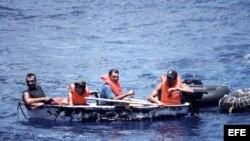 Foto de archivo de un grupo de inmigrantes cubanos llegando a las costas de Florida en un bote.