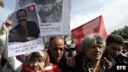 Basma Khalfaoui Bel Aid (2ª dcha), viuda del asesinado del líder opositor de izquierdas Chukri Bel Aid, participa en una manifestación convocada delante de la Asamblea Nacional Constituyente tunecina en Túnez (Túnez).