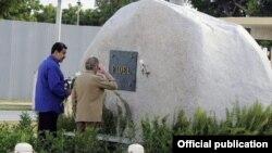 Maduro y Castro visitan la tumba de Fidel Castro.