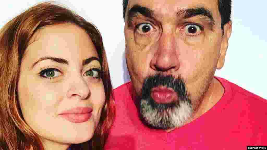 El actor cubano Carlos Cruz junto a Claudia Valdés en fotos promocionales de la obra.