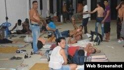 Migrantes cubanos permanecen en una bodega habilitada como albergue temporal, en Turbo, Colombia.