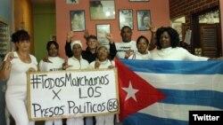 Damas de Blancose disponen a salir de la sede del movimiento para dirigirse en peregrinación a misa. (Foto: Angel Moya)