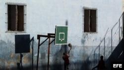 Unos niños juegan baloncesto en un barrio de La Habana.
