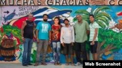 Artistas cubanos que pintaron mural de agradecimiento en Costa Rica.